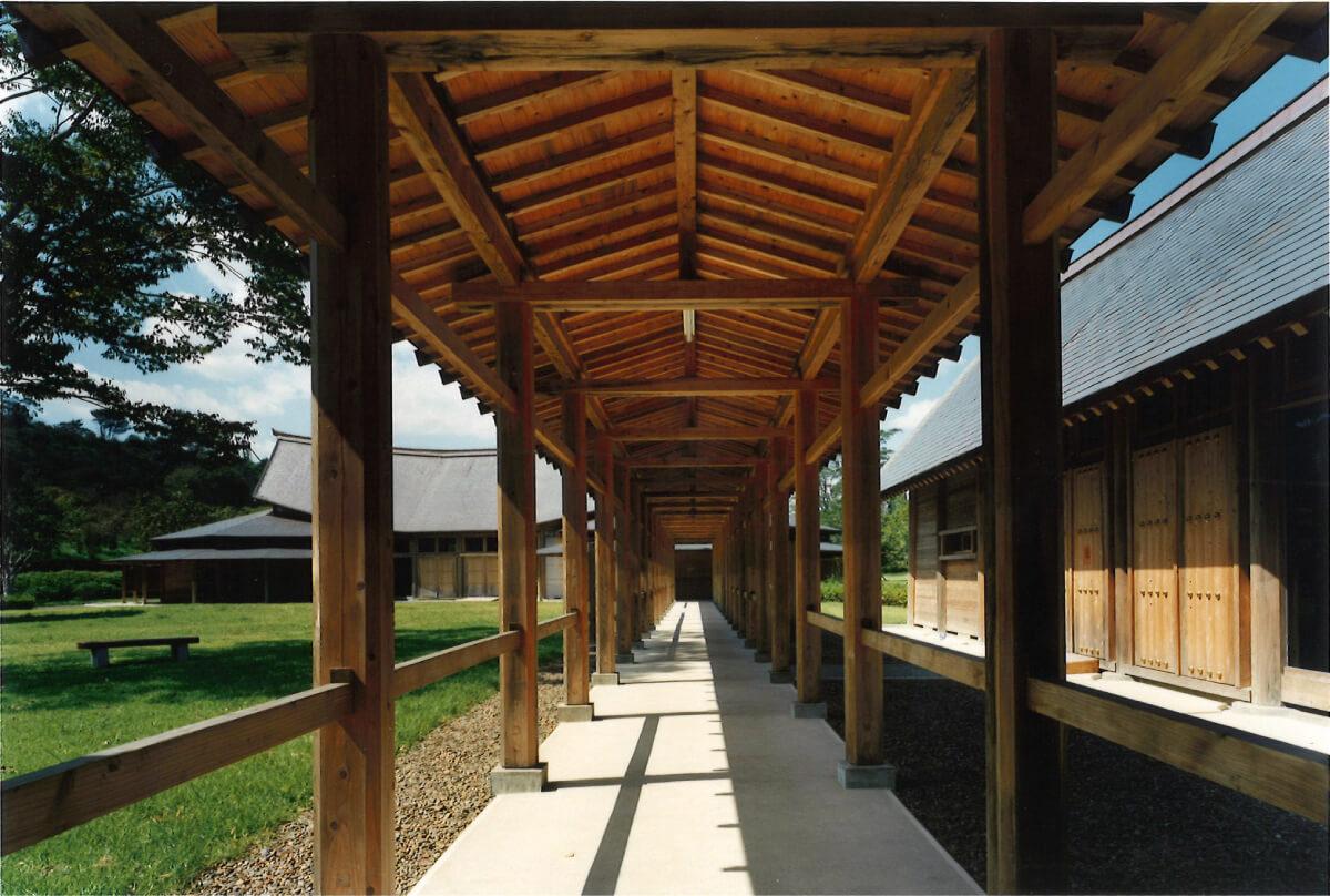 西都原古代生活体験館_2棟を結ぶ渡り廊下(ⓒ三沢博昭)
